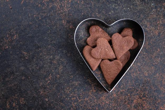 Saborosos biscoitos de chocolate em forma de coração para dia dos namorados