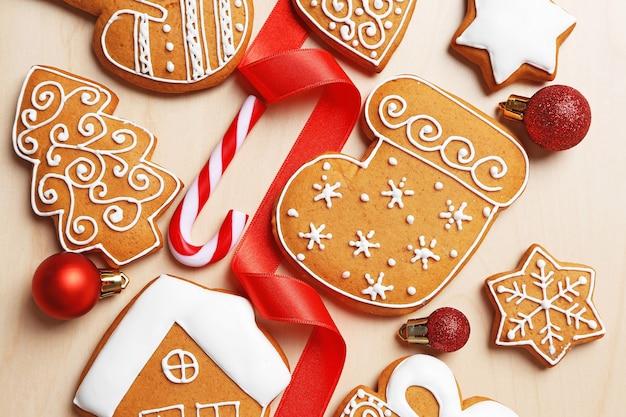Saborosos biscoitos de gengibre e decoração de natal na mesa de madeira