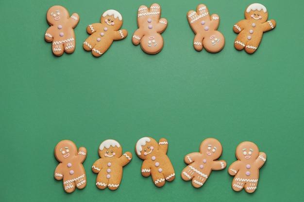 Saborosos biscoitos de gengibre em cores