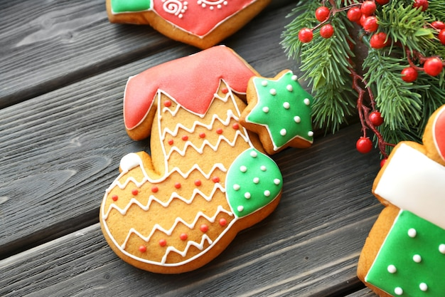Saborosos biscoitos de gengibre em fundo de madeira, close-up