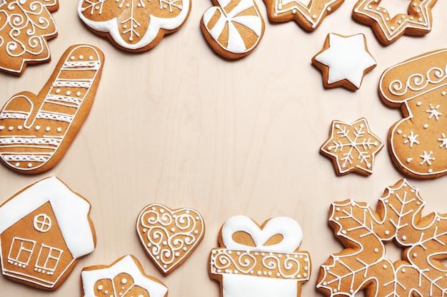 Saborosos biscoitos de gengibre em superfície de madeira