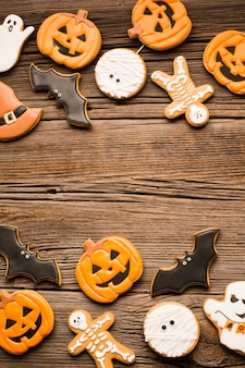 Saborosos biscoitos de halloween na mesa de madeira