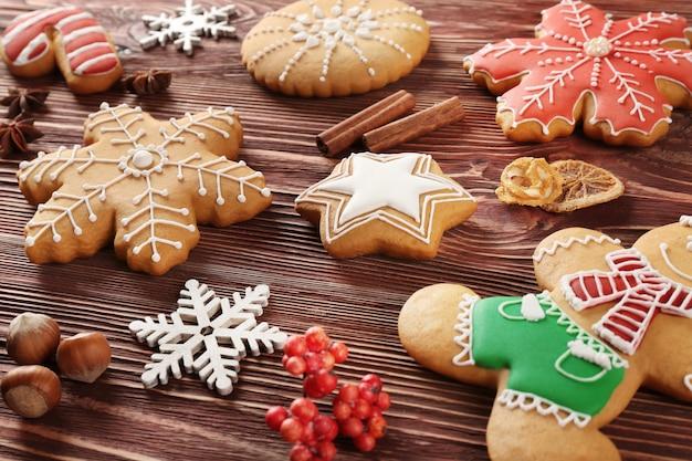 Saborosos biscoitos de natal e decoração em mesa de madeira, vista de perto