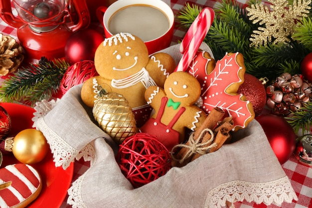 Saborosos biscoitos de natal na cesta, closeup