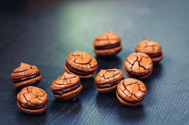 Saborosos biscoitos de sanduíche de chocolate em close-up da superfície de madeira.