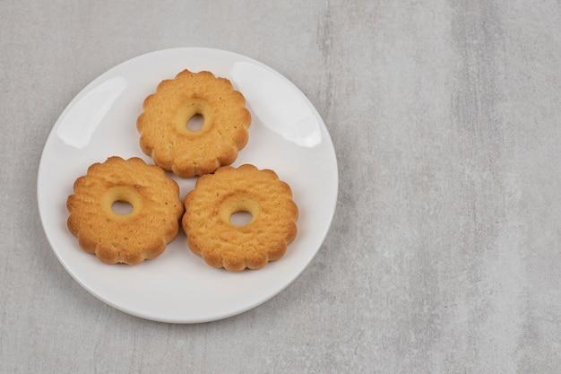 Saborosos biscoitos doces na chapa branca.