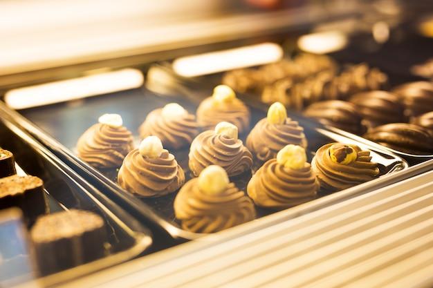 Saborosos biscoitos em uma assadeira, sobremesa