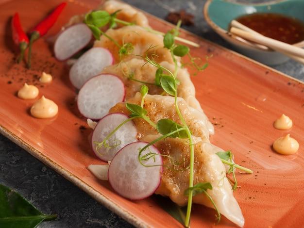 Saborosos bolinhos de gyoza fritos com carne de porco e vegetais cozinha tradicional asiática foco selecionado