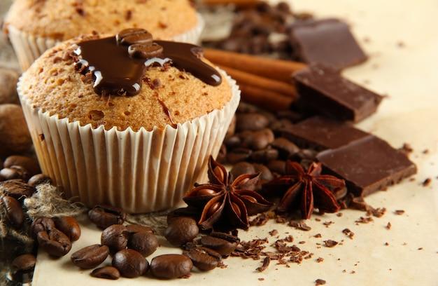 Saborosos bolos de muffin com chocolate, especiarias e sementes de café, close-up