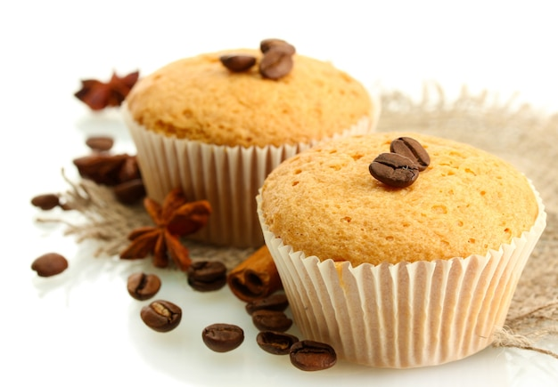 Saborosos bolos de muffin em serapilheira, especiarias e sementes de café, isolados no branco