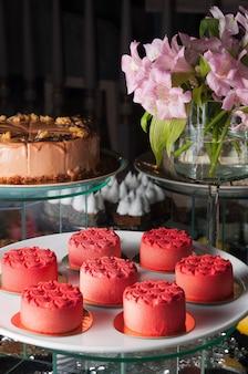 Saborosos bolos doces de morango vermelho em um fundo escuro