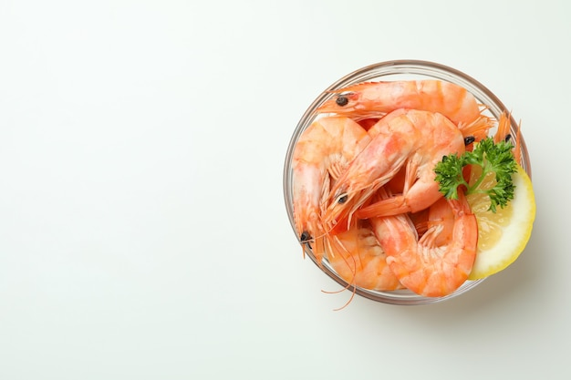 Saborosos camarões cozidos em tigela sobre branco