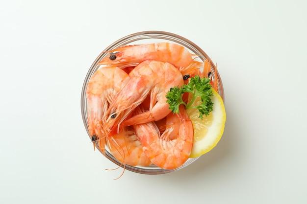 Saborosos camarões cozidos em uma tigela sobre fundo branco