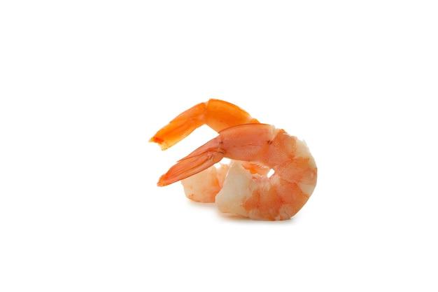 Saborosos camarões cozidos isolados no fundo branco