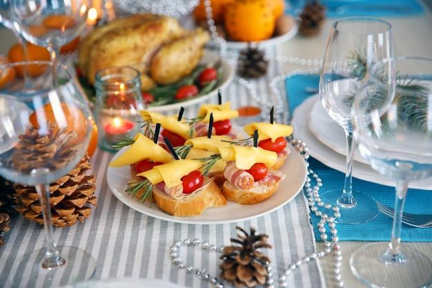 Saborosos canapés para um jantar festivo. configuração da mesa do dia de ação de graças