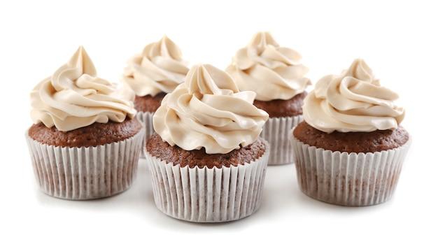 Saborosos cupcakes de chocolate, isolados no branco