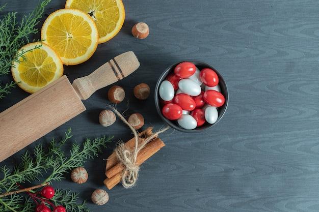 Saborosos doces de natal caseiros na madeira.