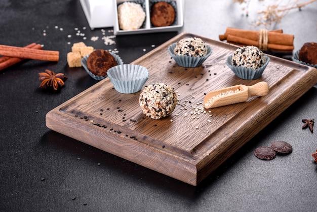 Saborosos doces doces feitos à mão com recheio de queijo e polvilhando em uma mesa de concreto
