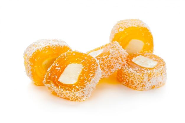 Saborosos doces orientais isolados no branco