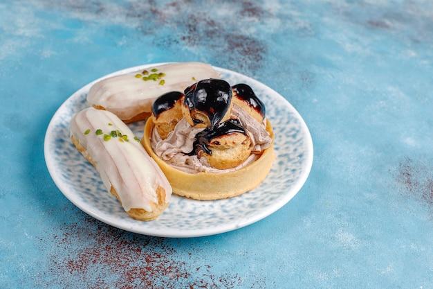 Saborosos eclairs de pistache caseiros com chocolate branco.