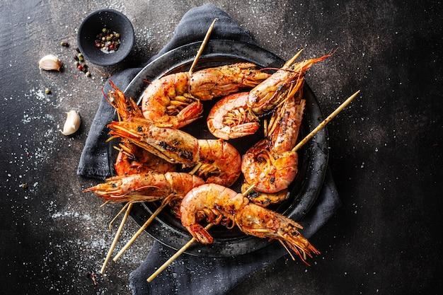 Saborosos espetos de camarão grelhado