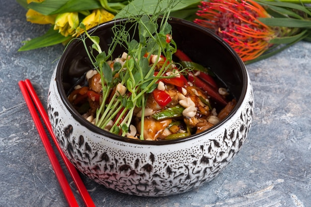 Saborosos filés de frango kung pao em uma tigela close up e arroz horizontal