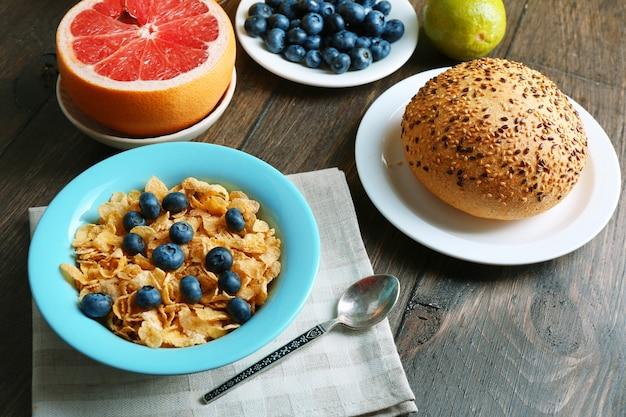 Saborosos flocos de milho com frutas e bagas na mesa