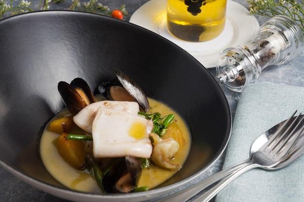Saborosos frutos do mar camarão mexilhões lula vieira em molho verde de curry
