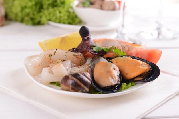 Saborosos frutos do mar no prato em close-up da mesa