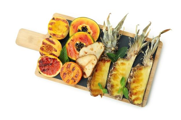 Saborosos frutos grelhados isolados no fundo branco.