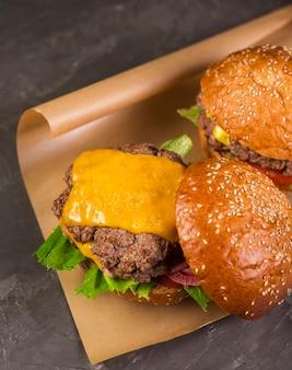 Saborosos hambúrgueres de carne com queijo derretido