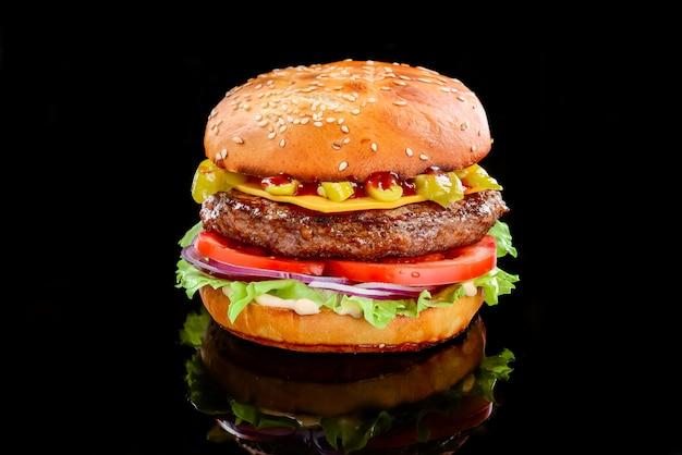 Saborosos hambúrgueres grelhados caseiros com carne bovina