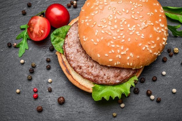 Saborosos hambúrgueres grelhados caseiros com carne bovina.