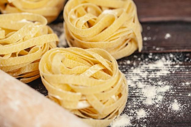 Saborosos ingredientes coloridos frescos para cozinhar macarrão tagliatelle
