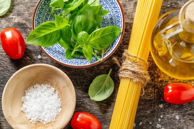 Saborosos ingredientes italianos frescos para cozinhar em fundo de madeira velho. fechar-se. cozinha ou conceito de fundo de cozinha