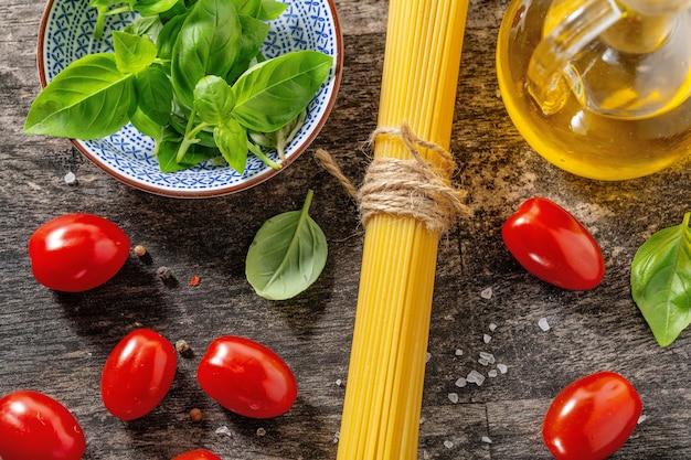 Saborosos ingredientes italianos frescos para cozinhar na velha mesa de madeira