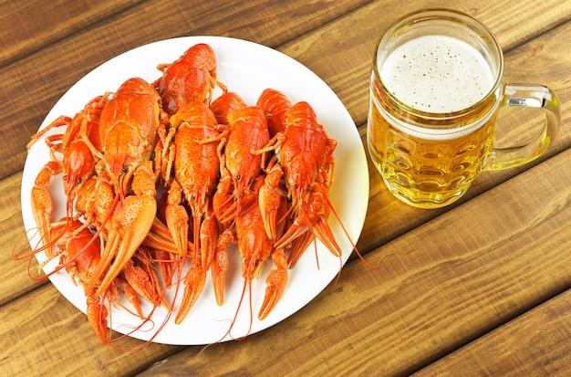 Saborosos lagostins cozidos e cerveja na mesa
