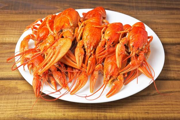 Saborosos lagostins cozidos em um prato branco