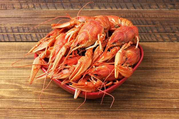 Saborosos lagostins cozidos em uma tigela vermelha