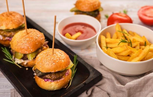 Saborosos lanches de fast food prontos para serem servidos