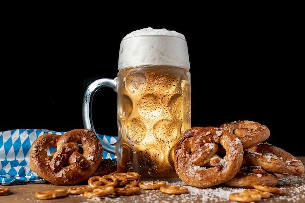 Saborosos lanches festivais bávaros em uma mesa