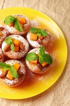 Saborosos muffins de abóbora em papel pardo