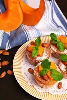 Saborosos muffins de abóbora na mesa de madeira