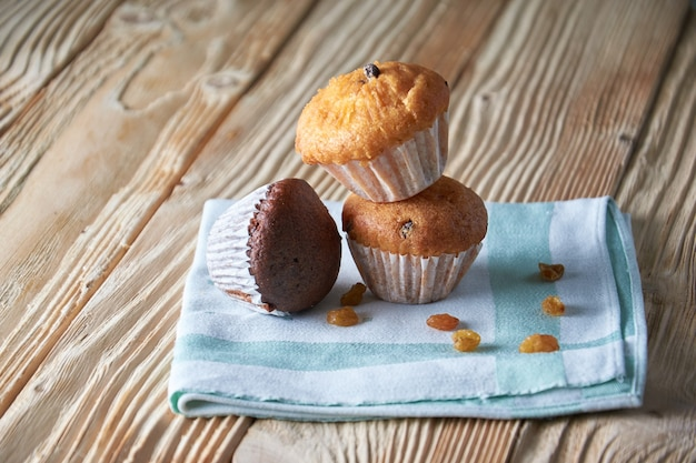 Saborosos muffins dispostos em padrão em fundo de textura clara