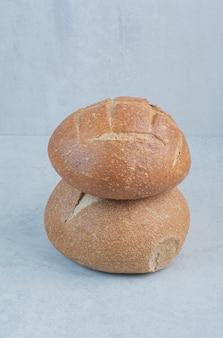 Saborosos pães de centeio em fundo de mármore. foto de alta qualidade