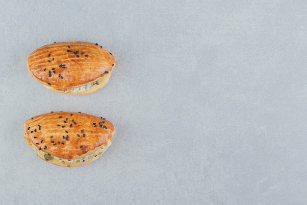 Saborosos pastéis com queijo na mesa de pedra.