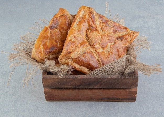 Saborosos pastéis khachapuri em caixa de madeira.