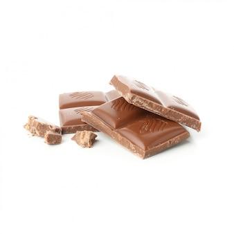 Saborosos pedaços de chocolate isolados no branco