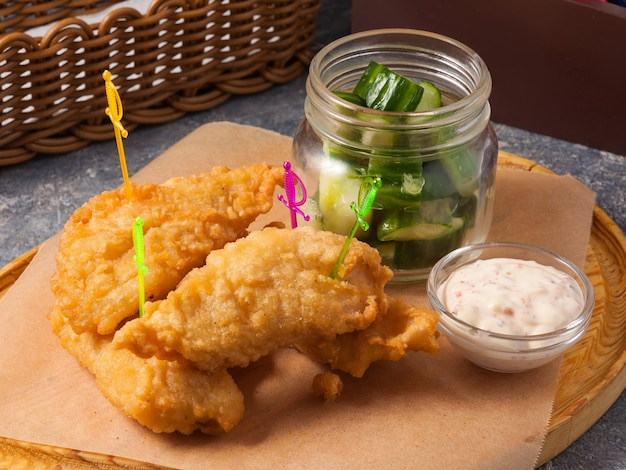 Saborosos peixes na massa com pepinos e molho conceito lanche para cerveja
