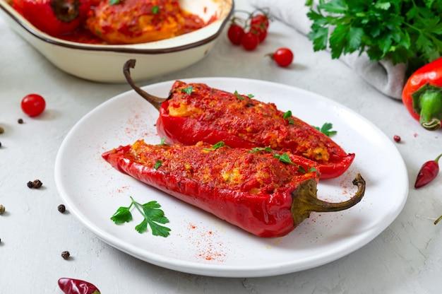Saborosos pimentos recheados com frango, lentilhas e tomates. prato simples e útil.